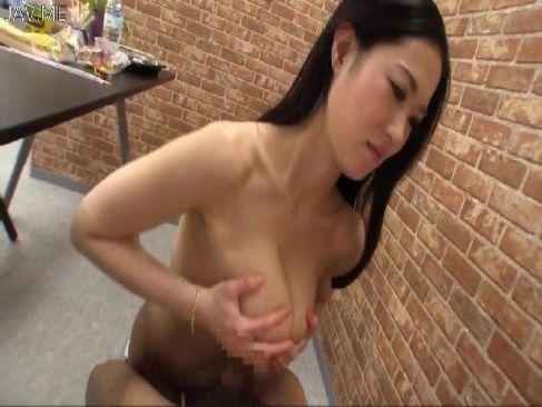 セクシー女優の菅野さゆきが濃厚なフェラチオや巨乳でパイズリして射精させてるアダルトビデオ動画無料