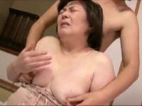 【おばさん】激ポチャな母に発情する息子と母子相姦で激しく悶えるおばさん動画
