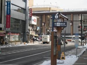 末広町交差点から駅を望む