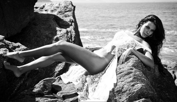 Lorena Bueri tumbada playa