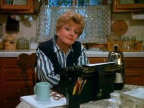 Musa con café y máquina de escribir