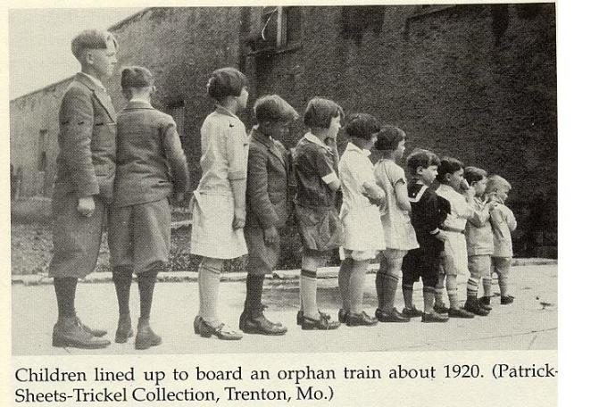 Los niños en fila, se preparan para ser mostrados a sus futuros padres adoptivos.