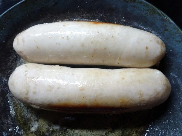 シレジア風ソーセージを多めのバターで最弱火にてじっくりと炒める
