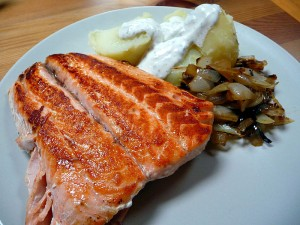 Salmon with potatoes and onions (Photo credit: Wikipedia)