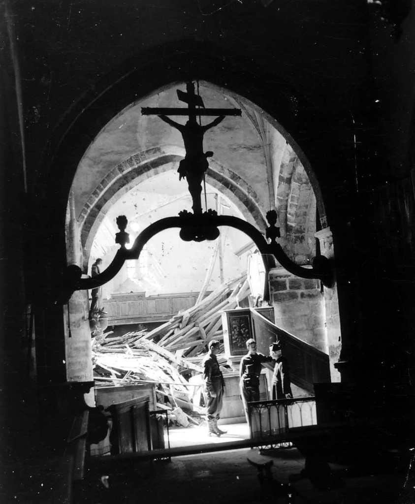 Méautis im Inneren der zerstörten Kirche in Anwesenheit von Pater Lecointe - 27. Juni 1944