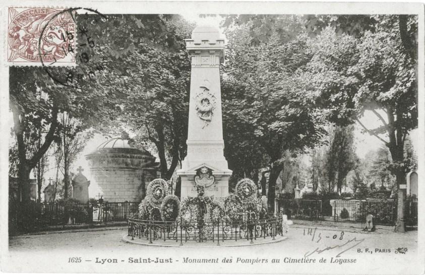Carte postale en noir et plan de Lyon-Saint-Just : Monument des Pompiers au Cimetière de Loyasse