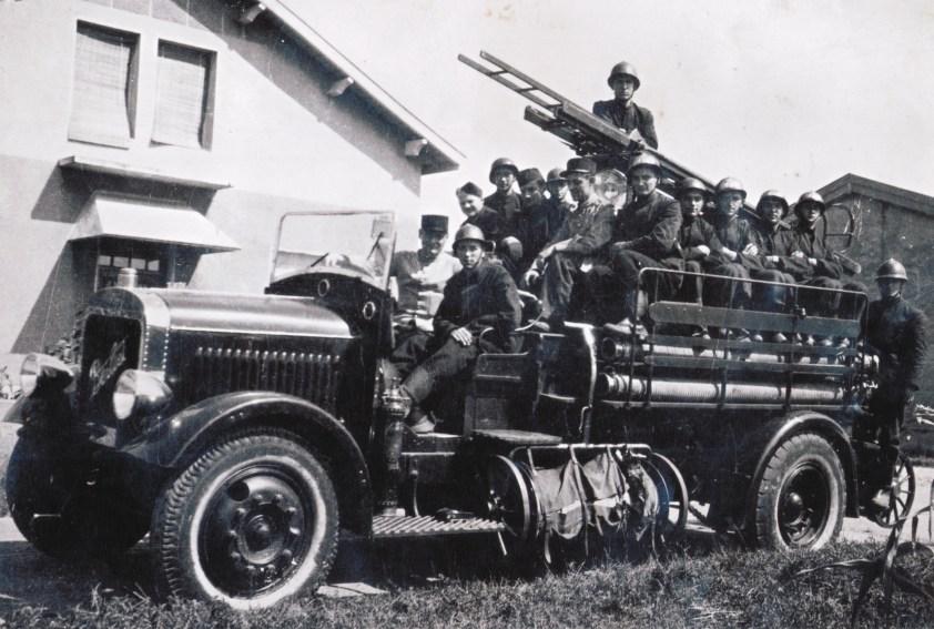 Photo ancienne du fourgon-pomper Berliet CBA avec son piquet de sapeurs-pompiers