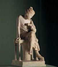 Statua di fanciulla seduta