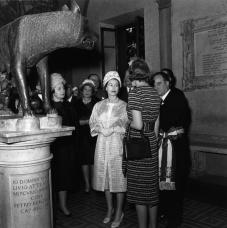 #MuseumMemories HerMajesty The Queen Elizabeth II visits the Capitoline Wolf #MuseumWeek @BritishMonarchy @UKinItaly