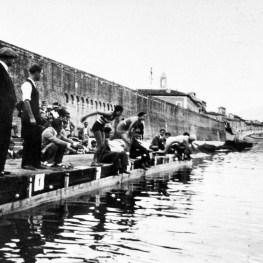 22. Partenza della gara femminile di nuoto dallo scalo della sede della Società Canottieri Arno, 1923 (Archivio Società Canottieri Arno)