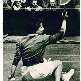 33. Tennis. Nicla Migliori in un momento della partita dei quarti di finale del torneo di Wimbledon, 1954