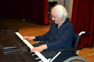 María Magro, de 94 años tocando el piano en la Casa de la Cultura de Olivenza