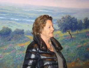 María Rosa Palacios posa junto a una de sus obras durante la inauguración