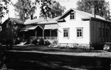 Mäntyharjun kirkonkylän vuonna 1873 valmistunut kansakoulurakennus kuvattuna vuonna 1948. Kuva: Mäntyharjun museo, kuvaaja: Viktor Naumanen.