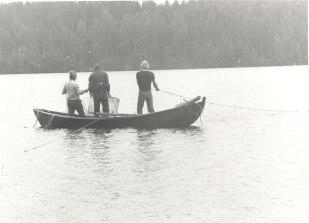 Kalastusta Nurmaan kylätoimikunnan kesäjuhlassa vuonna 1981. Kuva: Mäntyharjun museo, kuvaaja: Pauli Markkanen.