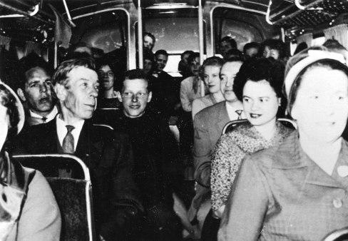 Mäntyharjun näytelmäkerhon jäseniä bussissa matkalla läänikilpailuun vuonna 1961. Kuva: Mäntyharjun museo.