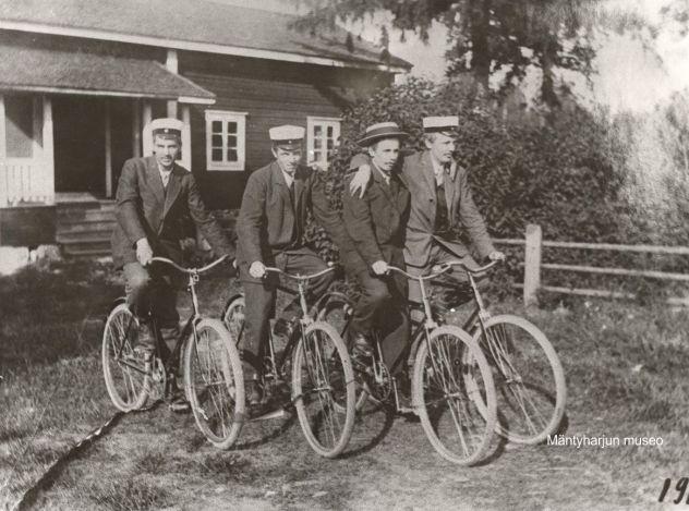 Pyöräilijöitä väentuvan edessä vuonna 1913. Kuva: Mäntyharjun museo.
