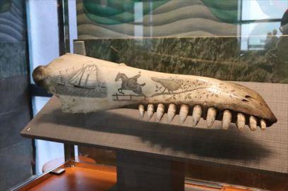 クジラの骨に描かれたアート