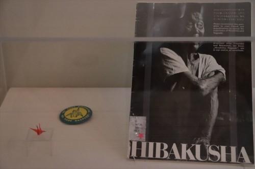 図書室の一角に「原爆の子の像」のモデルになった佐々木禎子さんの折り鶴が展示されています