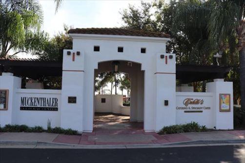 コロニアル風の外壁と門