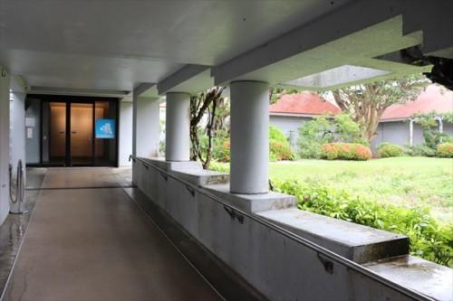 展示室入り口と中庭