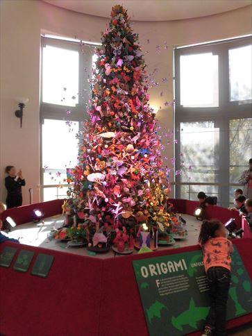 折り紙のクリスマスツリーが飾られていました