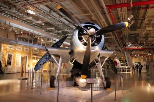 艦内のハンガー・デッキには第二次世界大戦の軍用機が展示されています。スペースの有効活用のため、翼を折りたたむことができるようになっています