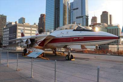 マンハッタンと軍用機の組み合わせに違和感がありますが…。