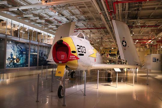 戦後の軍用機もあります。こちらも翼が折りたたまれています