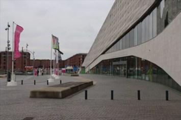 リヴァプール博物館とアルバート・ドック(奥)