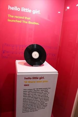 ジョン・レノンが初めてかいたというHello Little Girlのレコード