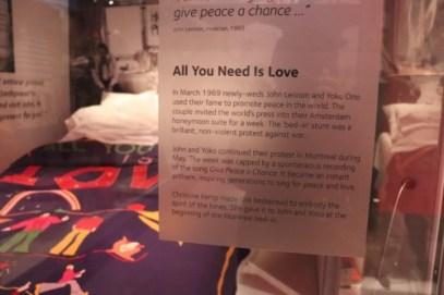 これはジョン・レノンとオノ・ヨーコが「ベッド・イン」で使ったベッドのようです