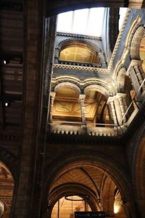 エントランス・ホール。デザインが特徴的です。ロマネスク様式というらしいです