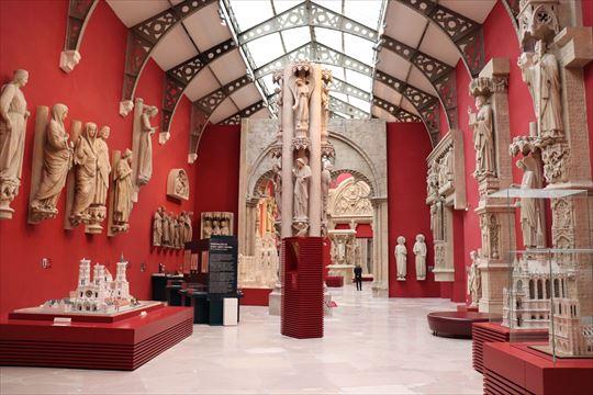 高さある展示室で建物に取り付けらた彫刻などのレプリカを見ることができます