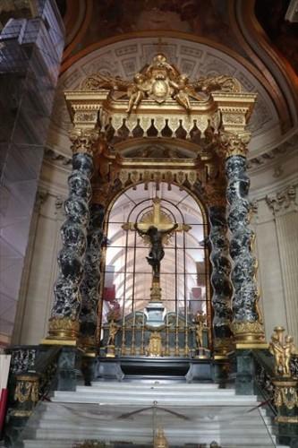 もともとが王家の教会だけに豪華な祭壇です