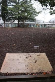 敷地内にあるリュミエール兄弟の記念碑?