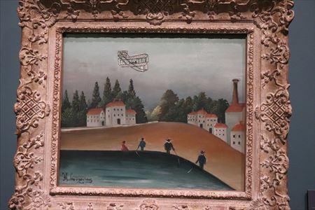 アンリ・ルソー「釣り人たちと飛行機(糸を垂れる釣り人)」。ライト兄弟の初飛行は1903年。この絵が描かれたのは1908~1909年頃。まさに美術館のコレクションの時代を感じる作品です