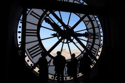 時計越しにパリの街並みが見えます