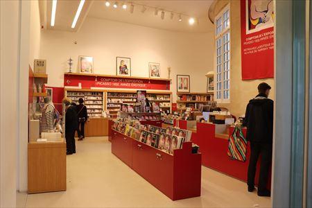 ミュージアム・ショップ。美術館の向かいにも本屋さんがあります