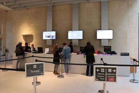 チケット売り場。パリ・ミュージアム・パスを持っている場合はチケットに引き換えます