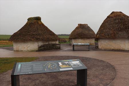 ビジターセンター周辺にはおよそ4,500年前の新石器時代の住居も再現されています