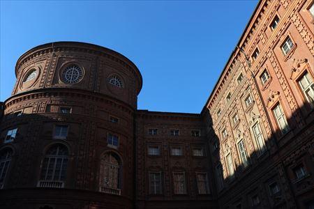 カリニャーノ宮の中庭。表のファサードと雰囲気がまったく違います