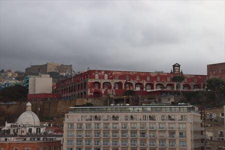 サンテルモ城は左上