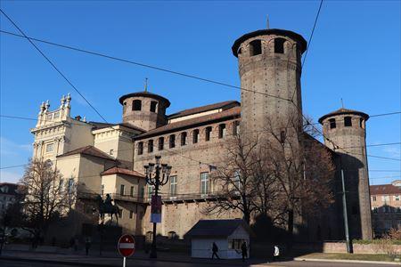 表のファサードとは表情がまったく異なる14~15世紀に建設された城の部分