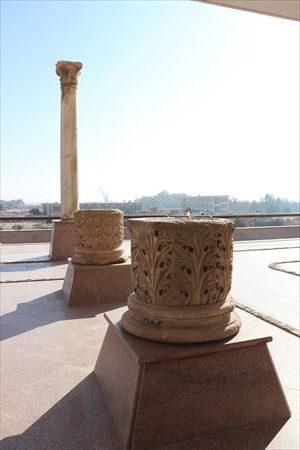 いろいろな柱もテラスに展示されていました。神殿に使われたものでしょうか?