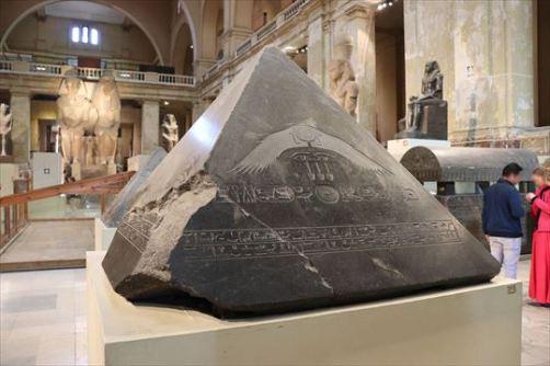 ピラミッドの頂上部に置かれたらしいヘッド・ストーン