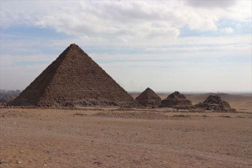 Menkaure'sPyramid2_R