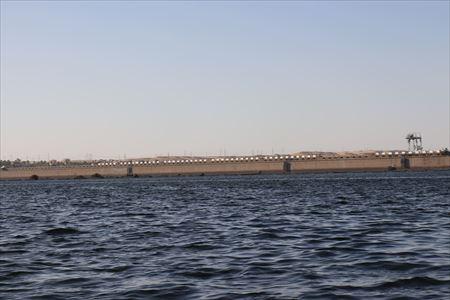 アスワン・ロウ・ダムの横を通ってイシス神殿に向かいます