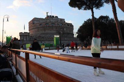 サンタンジェロ城前のスケート場は冬の風物詩らしいです