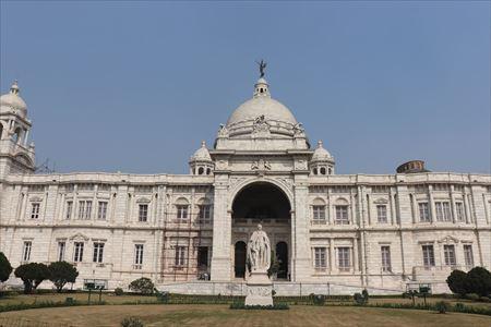 建物正面(裏正面?)には博物館を構想したインド副王(総督)だったカーソン卿の像があります